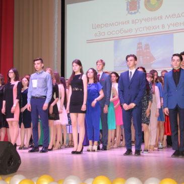 Благочинный поздравил выпускников школ Красносельского района